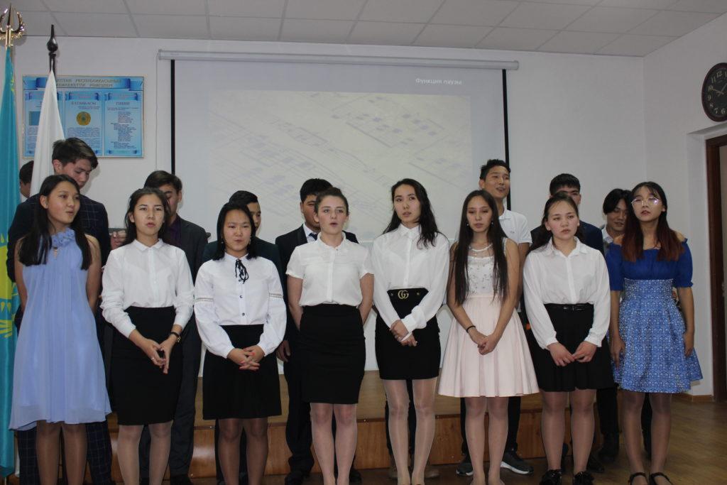 юноши из группы ИФ-25, куратор Хасенова Л.С., покорили всех искрометным юмором. Артистичные, креативные парни своим выступлением набрали 96 баллов