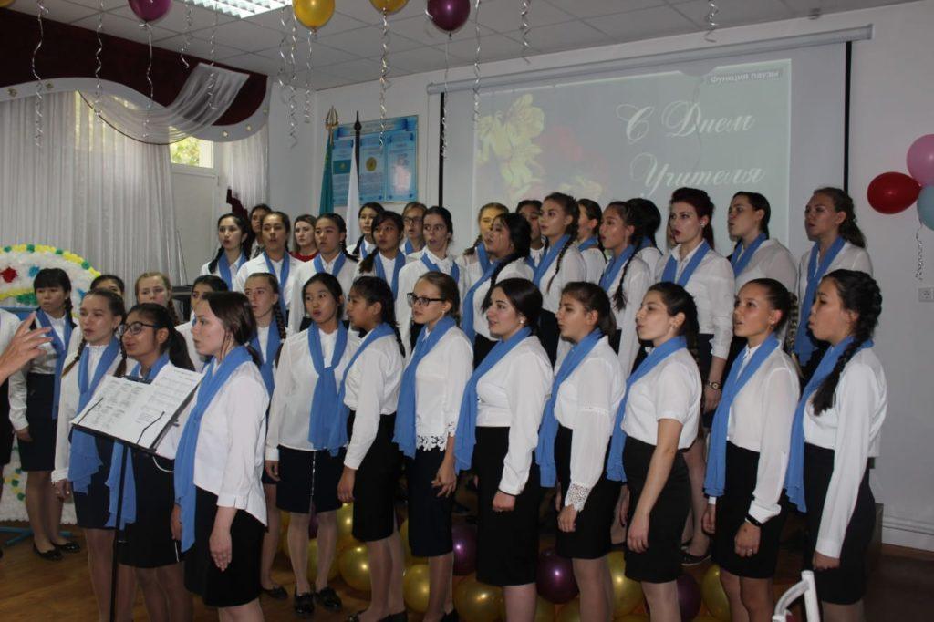 Традиционно в день празднования Дня учителя обучающиеся 1 курсов встречают педагогический состав колледжа «живым» коридором, отличным настроением и яркими поздравлениями