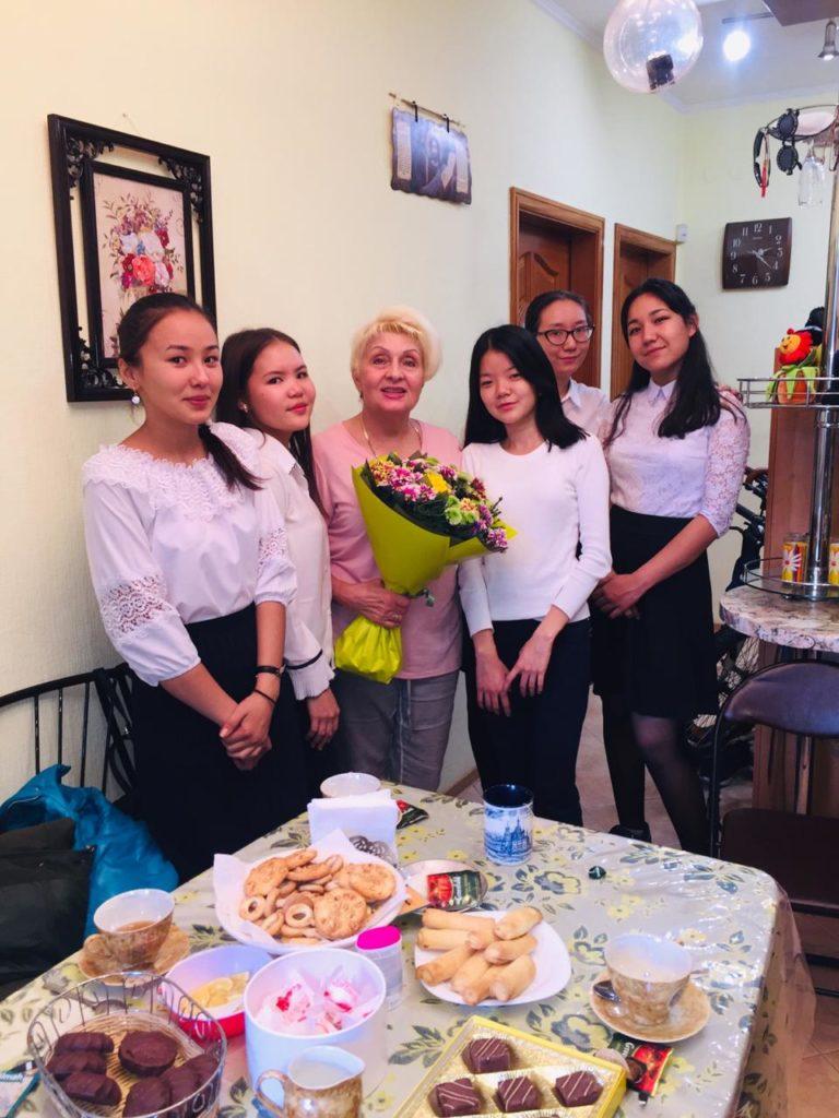В преддверии Дня учителя обучающиеся поздравили ветеранов педагогического труда с праздником.
