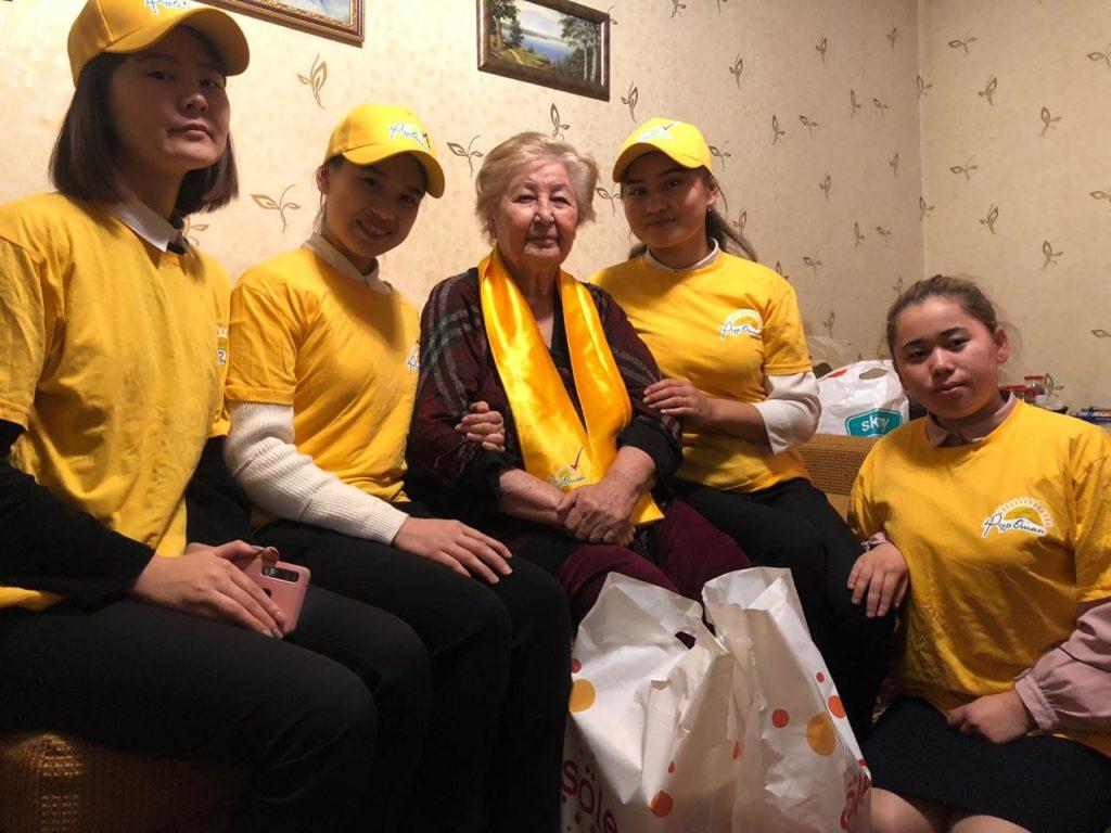 В рамках ежегодного месячника пожилого человека активисты молодежного крыла «Жас Отан» совместно с акиматом Ауэзовского района уделили внимание ветеранам труда.